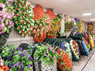 Coroane funerare, coşuri şi aranjamente florale în asortiment, 200+ modele în stoc