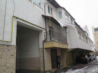 3-х комнатная + living + 2 комнаты под офис + гараж, всё в  3-х уровнях с отдельным входом, в центре