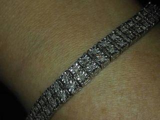 Срочно продаеться красивый и стильный браслет женский с бриллиантами,есть еще сережки от комплекта .
