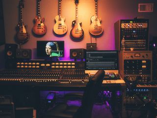 Piese și texte la comandă, negative, aranjamente muzicale, sound design, post-production