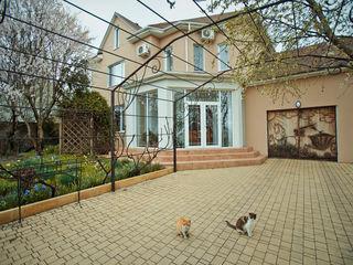 Spre vinzare casa cu 2 nivele, 5 odai, euroreparatie, incalzire autonoma, 200 m.p.. Pret 135 000 €