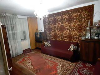 Продается 2-х комнатная квартира в центре г. Дондюшаны на втором этаже из пяти, середина