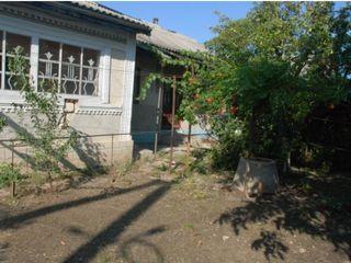 Se vinde casă în centrul orașului Cimislia, lîngă spitalul raional, prima linie!