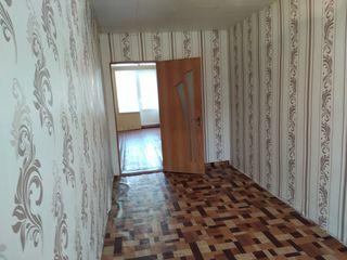 Vind apartament cu 2 camere(41m2), cartierul 5, etajul 2 din 4, in casa de coteleti(in mijloc).
