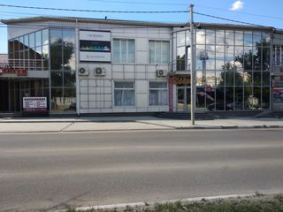 Здание в центре города, напротив входа в городской стадион.