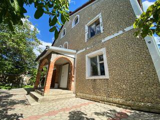Stăuceni casă de 290 m2 situată pe 6 ari