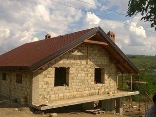 Casa pe pamint recent costruita