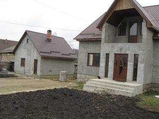 Отличный дом в центре Яловенах, на участке 12 соток.