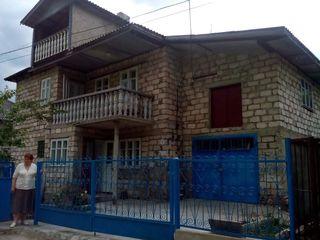 Продаем двухэтажный дом в центре г.флорешть