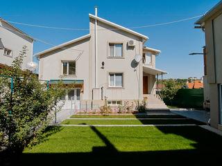 Casă tip duplex pentru 2 familii! 2 intrări separate, 8 camere, reparație în total 375 m2! 7 ari!