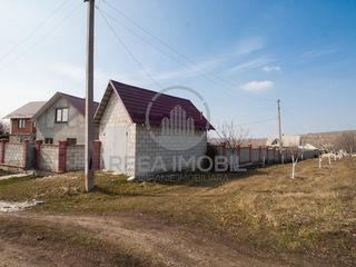 Casa este amplasata in or.Ialoveni in zona de vile !!!