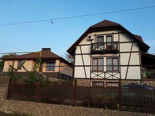 Doua case la un preț de una , vînd , schimb , aștept propuneri...