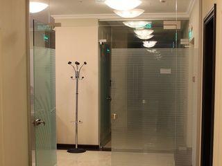 Uși batante de intrare din sticlă călită, compartimentări din sticlă