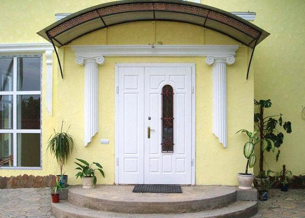 белая металлическая входная дверь в коттедж