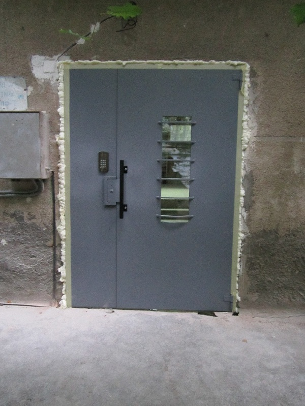 металлическая дверь со смотровым окошком