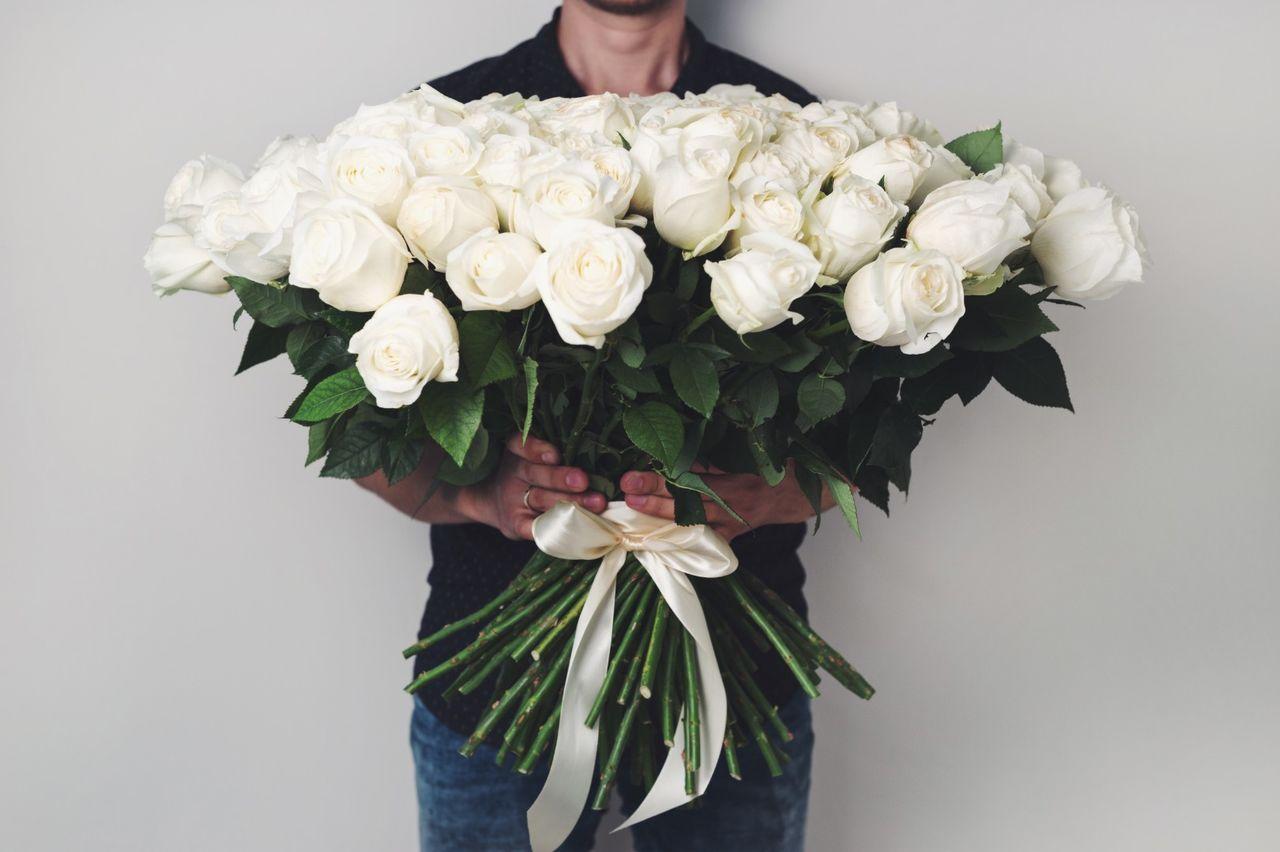картинки подарить белые розы необходим