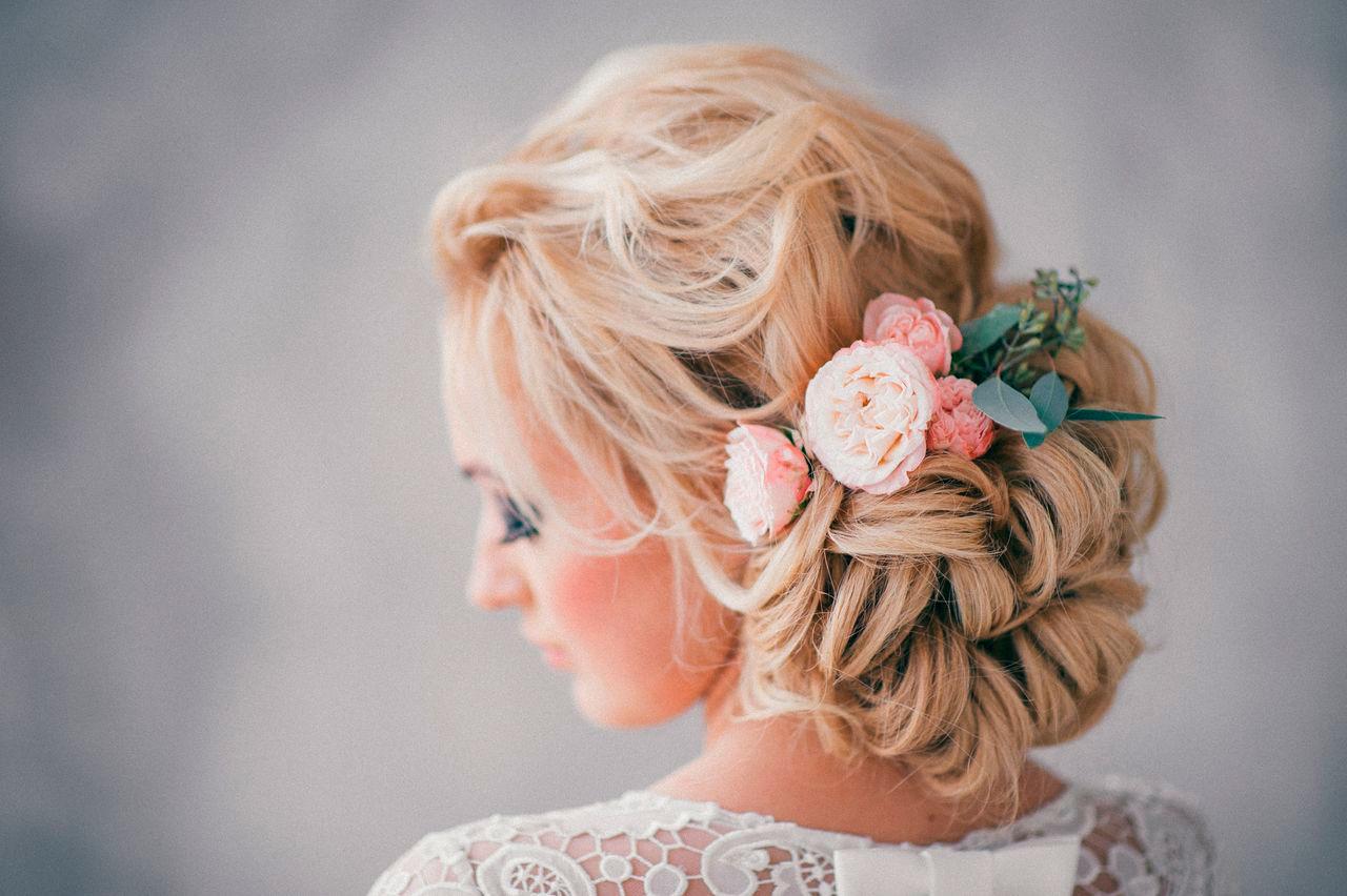 Причёски на средние волосы на выпускной с цветами