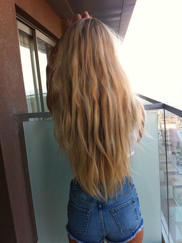Девушка с длинными русыми волосами со спины фото
