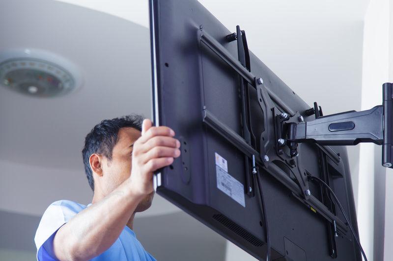 как вешать телевизор на стену фото