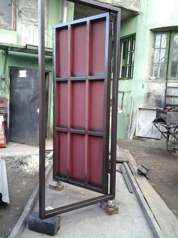 железные двери на площадке