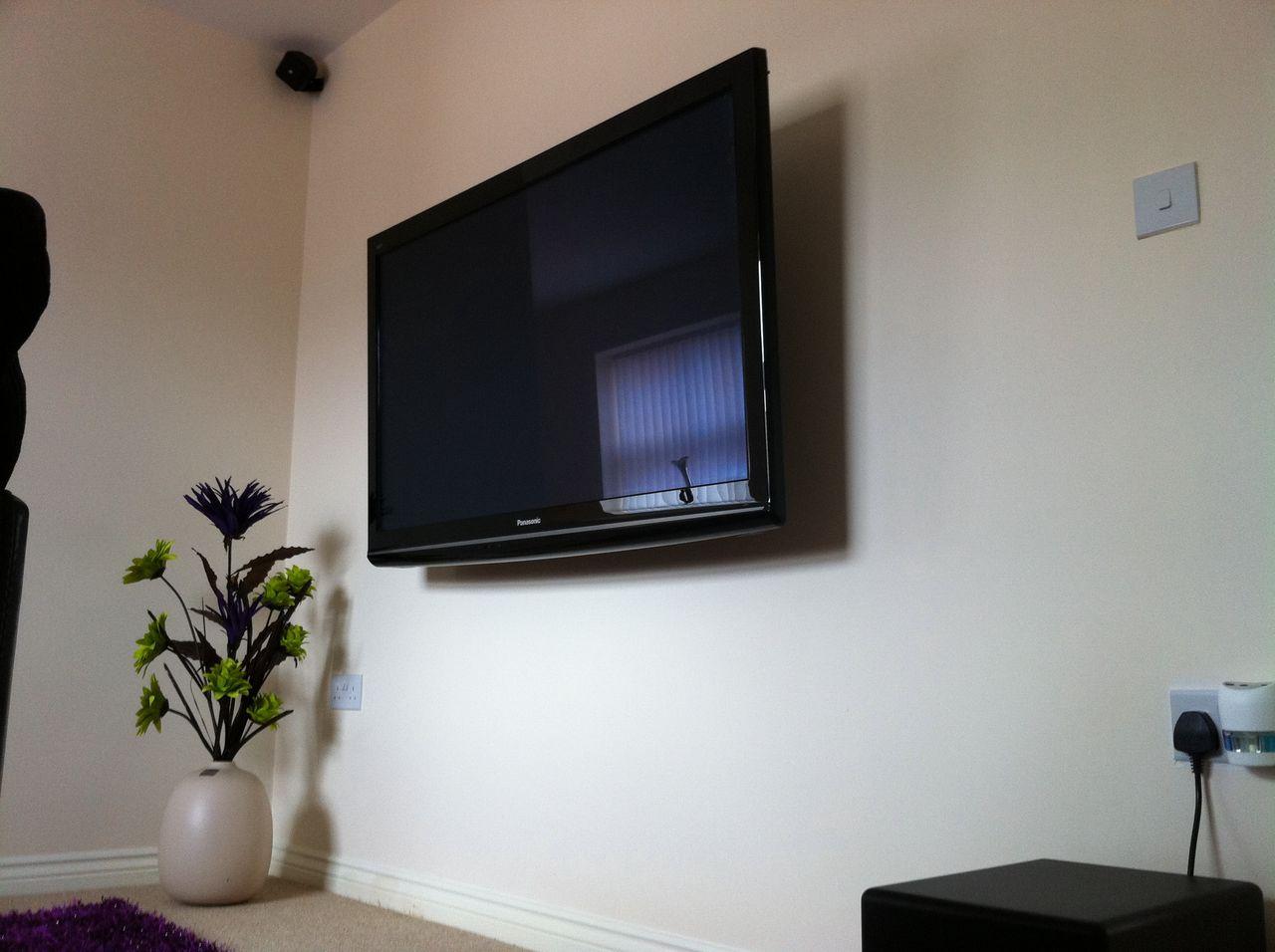 Картинка с телевизором на стене