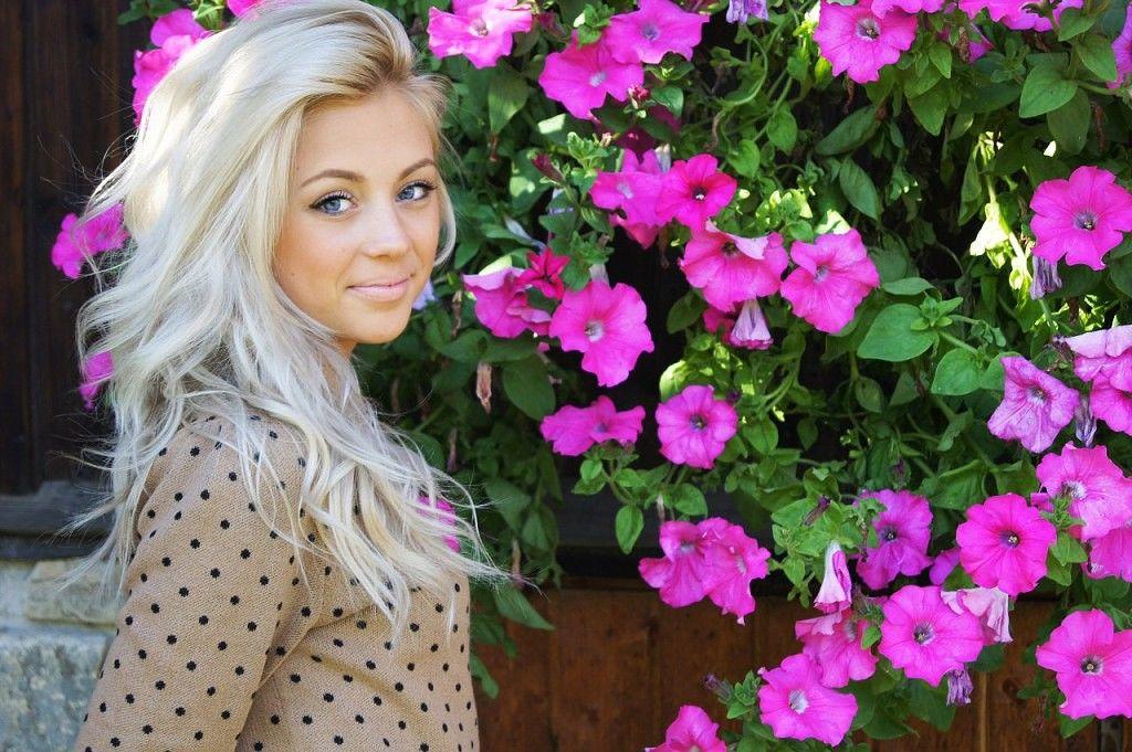 Телочек фото одной красивой одной и тоже девушки блондинки лесбиянки кухне телефоны
