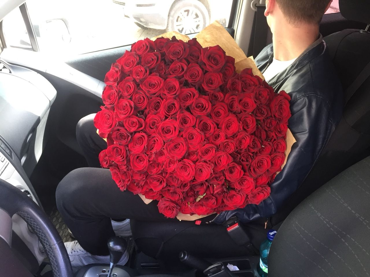 Фото цветов букетов в машине в руках
