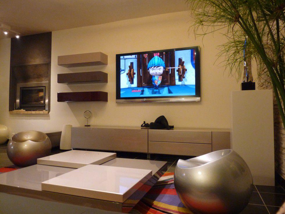 Картинка с телевизором на стене, первокласснику картинками