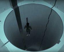 Фридайвер опустился на дно самого глубокого искусственного бассейна в мире