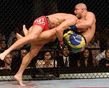 Побывавший в нокауте боец MMA провел удушающий прием судье (Видео)