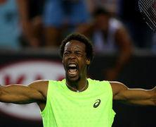 На французского теннисиста во время матча упало табло (Видео)
