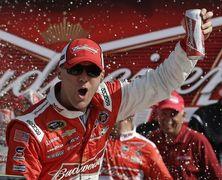 Кевин Харвик выиграл 16-й этап сезона в гонках НАСКАР