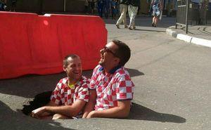 Хорватские фанаты стали героями мемов после фото в яме
