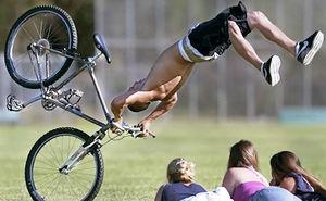 Как правильно упасть с велосипеда