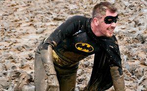 Грязевые забеги в необычных костюмах: что надеть на Glodiator Mud Race