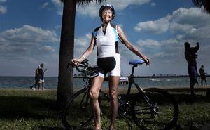 Женщина пробежала больше 350 триатлонов после 50 лет