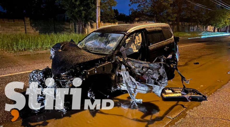 Stâlp doborât la miezul nopții în Chișinău: Mașina a fost făcută zob