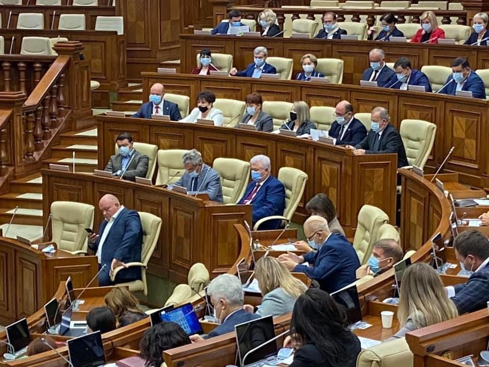Jurnalist român în Parlamentul R. Moldova: Unii deputați nu poartă măști
