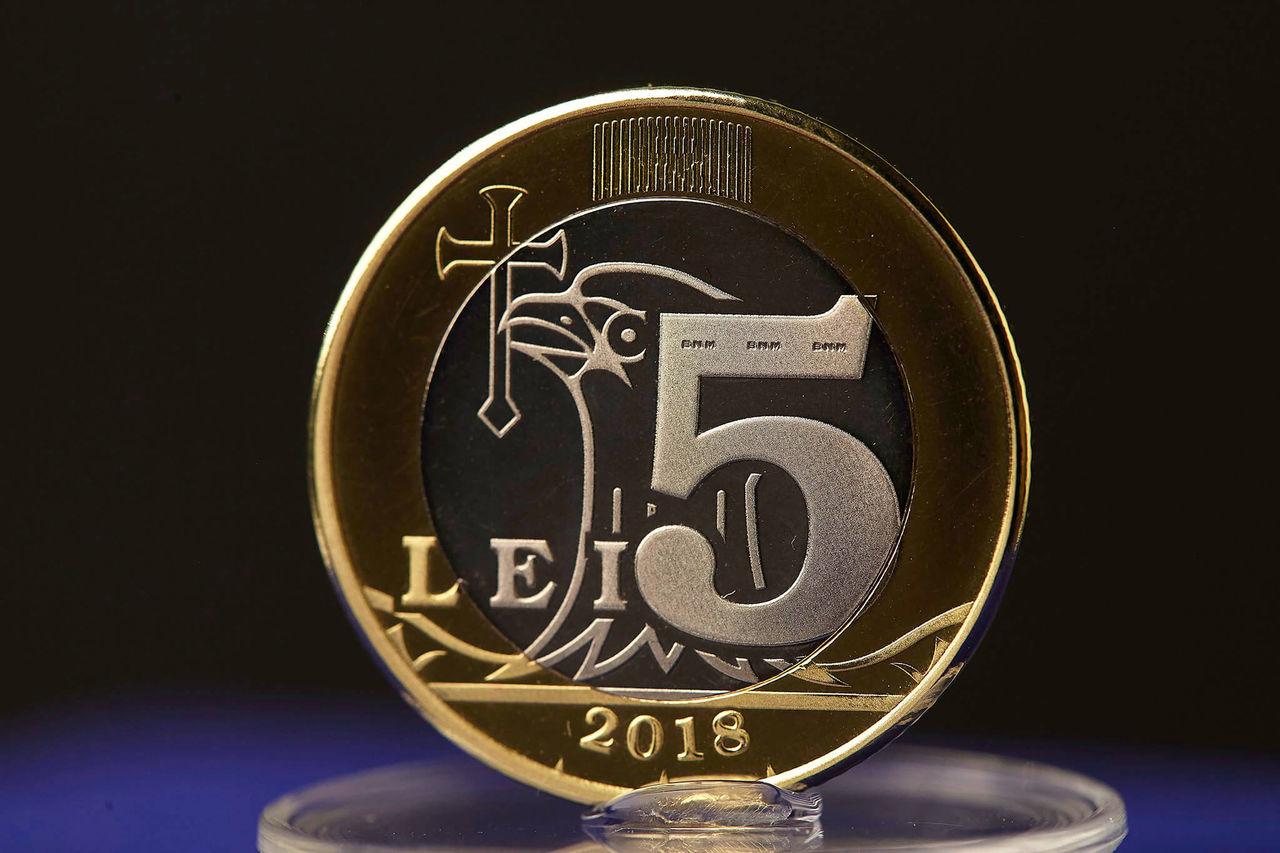 (Фото) В Молдове новые деньги: Бумагу заменят на монеты номиналом 1, 2, 5 и 10 леев