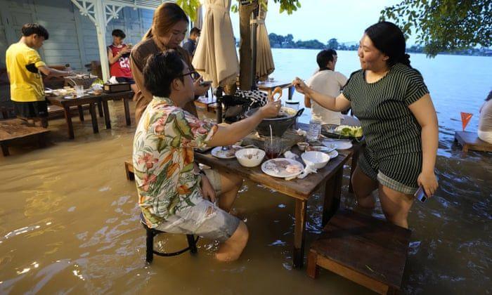 Restaurantul în care apa plutește, atracția turiștilor din Thailanda