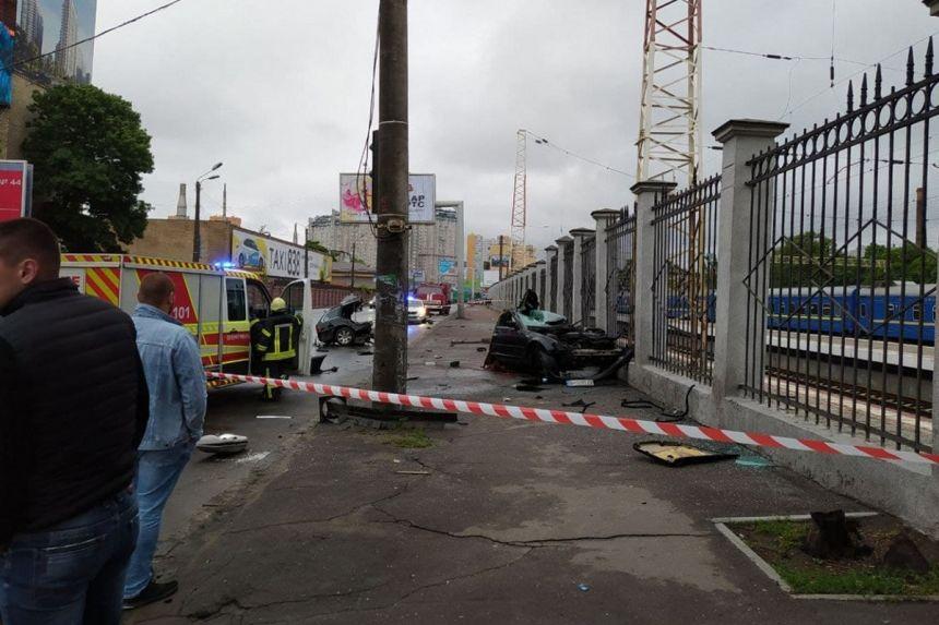 Momentul în care un BMW este rupt în două de un semafor: Sunt 2 morți