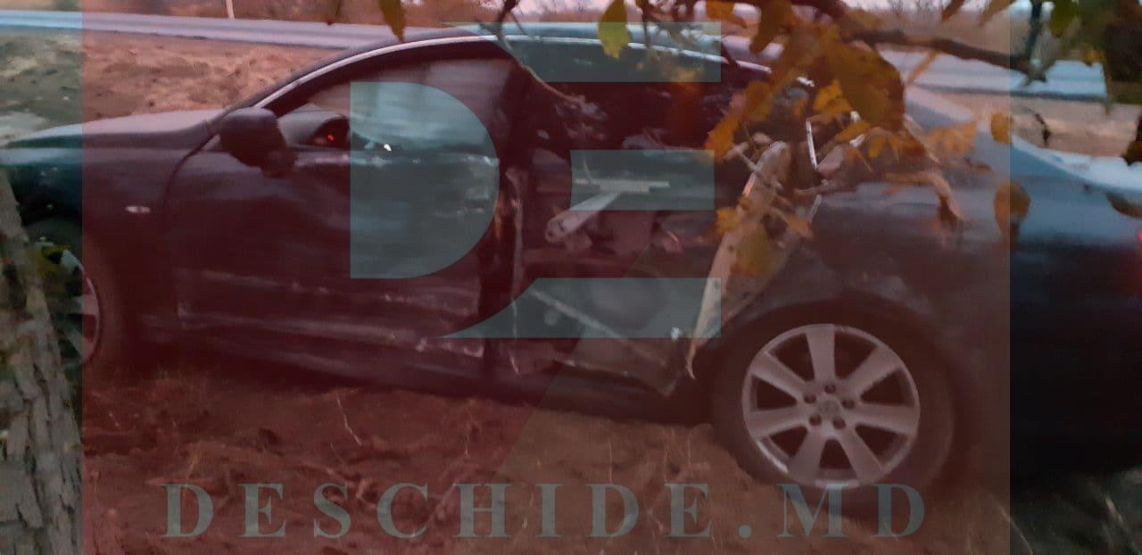 A ieșit la depășire neregulamentar și s-a oprit cu Lexus-ul într-un pom