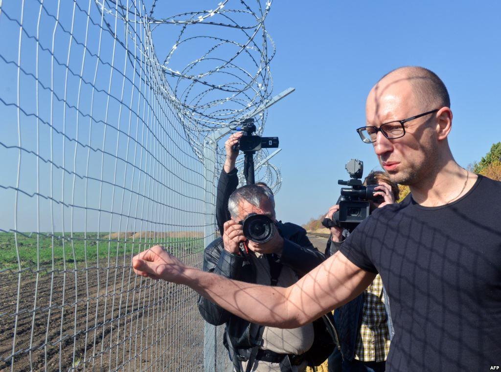 """Яценюк считает, что """"Стену"""" дискредитирует """"рука Кремля"""""""