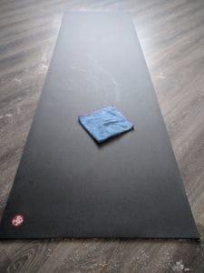 как чистить коврик для йоги