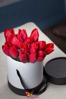 купить Букет тюльпанов в черной- белой шляпной коробке в Кишинёве