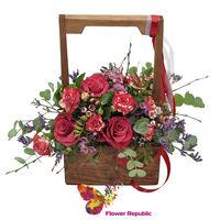 Деревянный ящик с цветами в эко-стиле.