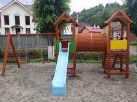 Детская площадка с двумя башнями и качелей