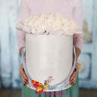 купить Кремовые розы в шляпной коробке с атласной юбочкой в Кишинёве