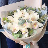 Букет с орхидеями и эвкалиптом