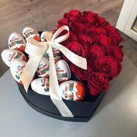Коробка сердце с киндерами и розами